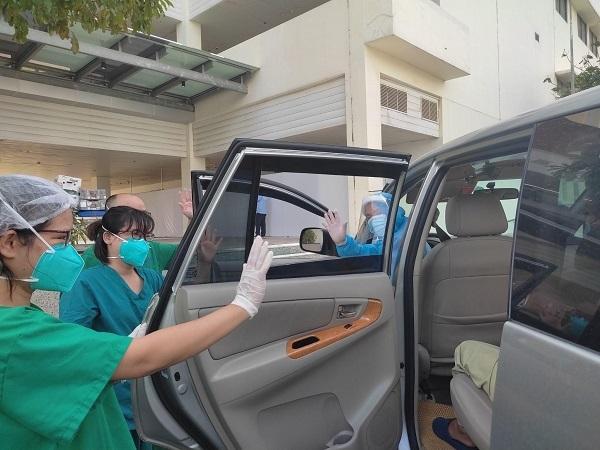 Bệnh nhân Covid-19 bật cười sau lời chào 'đừng gặp lại' của bác sĩ
