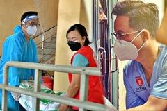 Bác sĩ nha khám chữa miễn phí, mang hàng tấn gạo trứng đi cứu trợ mùa dịch