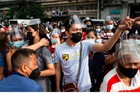 Hàng nghìn người Philippines tranh nhau tiêm vắc xin trước giờ phong toả