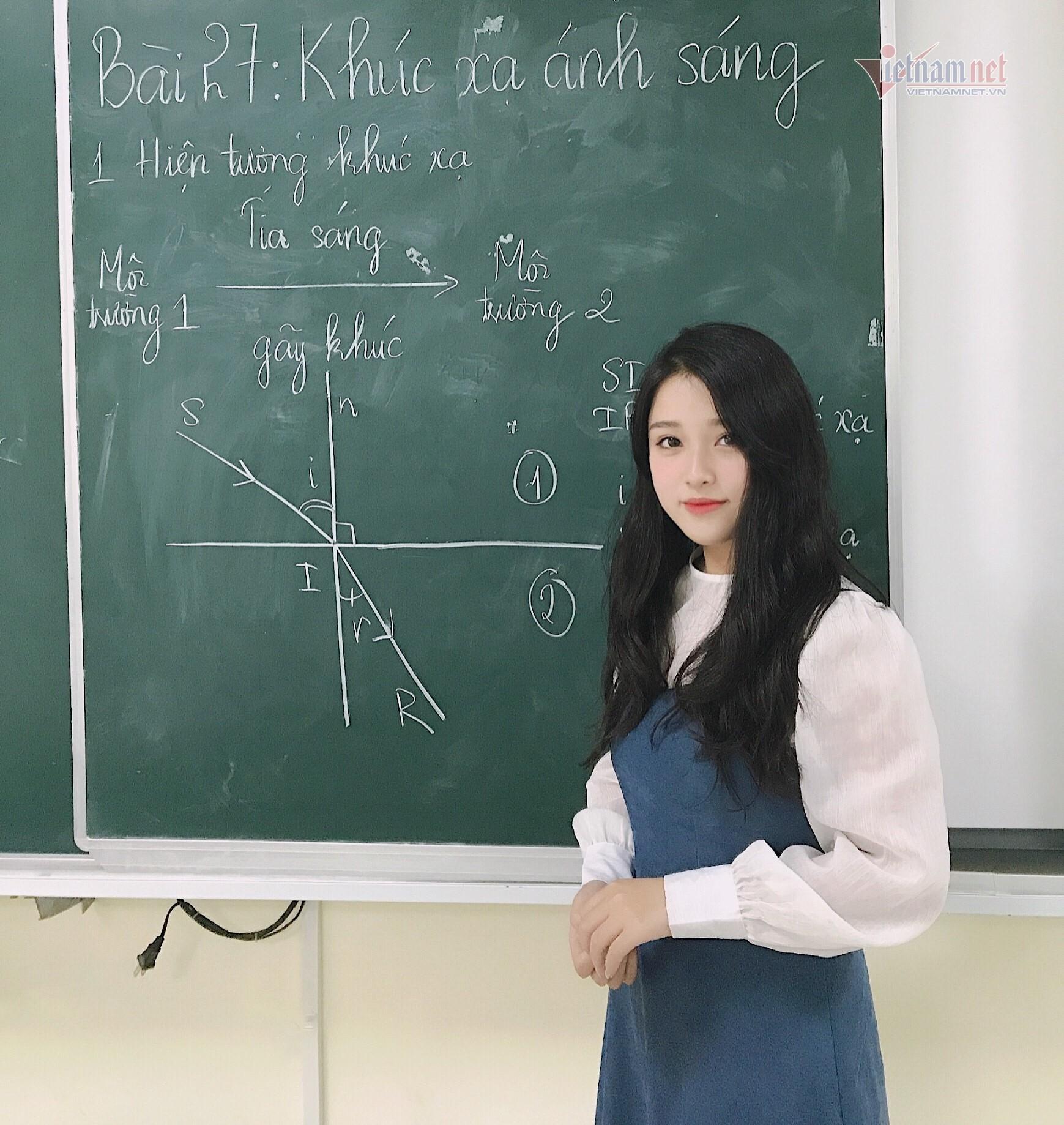 Cô giáo Vật lý lại khiến dân mạng 'ngẩn ngơ' vì quá xinh