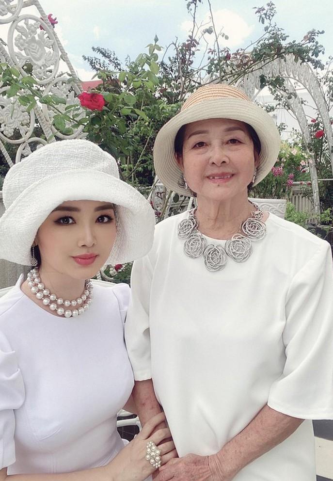 MC Thùy Linh VTV tình tứ bên ông xã kém 5 tuổi