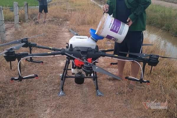 Phun thuốc thuốc bảo vệ thực vật bằng phương tiện bay hỗ trợ dân vùng dịch