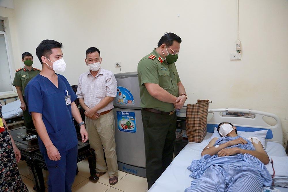 GĐ Công an Hà Nội Nguyễn Hải Trung thăm cán bộ trực chốt bị shipper tông chấn thương