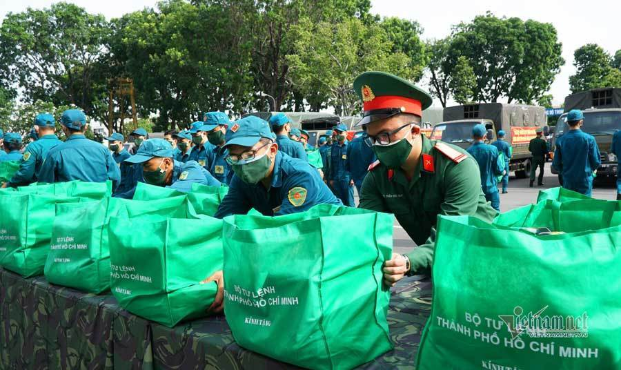 Bộ Tư lệnh TP.HCM mang 100.000 suất quà nghĩa tình đến người dân gặp khó vì dịch