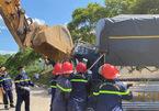 Dùng máy xúc giật cabin, đưa thi thể tài xế mắc kẹt sau tai nạn ra ngoài