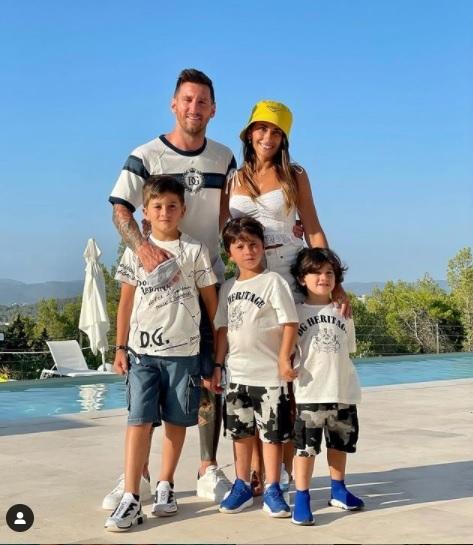 Vợ Messi gửi thông điệp mạnh mẽ đến chồng giữa biến rời Barca