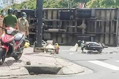 Tránh xe máy, ô tô tải lao qua đường đâm tử vong một phụ nữ ở TP.HCM