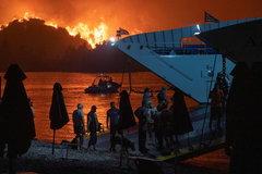 Cuộc chiến với lửa căng thẳng, cháy rừng 'xé đôi' đảo Hy Lạp