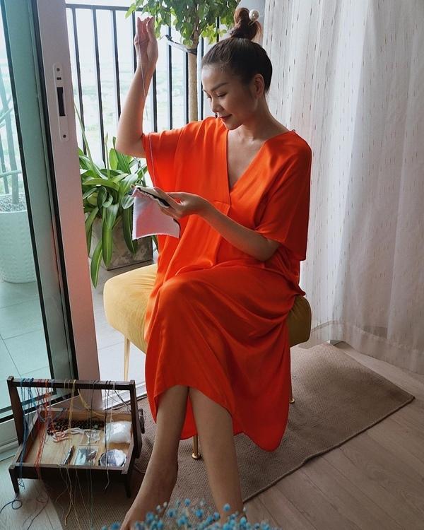 Hà Hồ bế con tập yoga, Thanh Hằng thêu tranh thủ công mùa dịch
