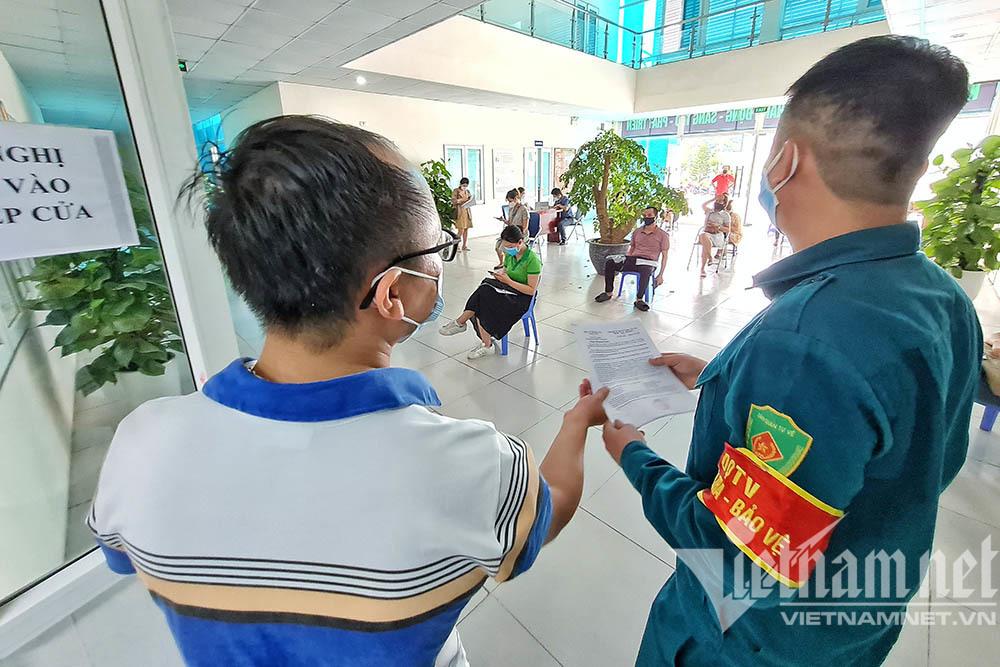 Người dân xếp hàng xin giấy xác nhận đi đường ở Hà Nội