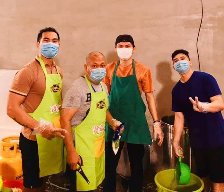 Ngày góp sức nấu 4.000 suất cơm thiện nguyện, xong việc lại đi phát gạo cho người nghèo