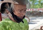 Cụ bà 84 tuổi mang tiền tiết kiệm ủng hộ chốt phòng chống dịch
