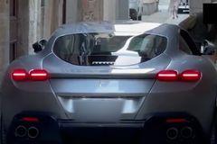 """Mắc kẹt trong ngõ, siêu xe Ferrari rơi vào cảnh """"tiến thoái lưỡng nan"""""""