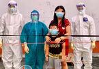 Bố mẹ mất vì Covid-19, hai bé F0 cùng nhau đến bệnh viện điều trị