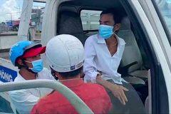 CSGT dùng ô tô đặc chủng chở cụ ông bệnh tim đi cấp cứu