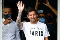 Messi tươi rói tại sân bay Paris, fan PSG phấn khích tột độ