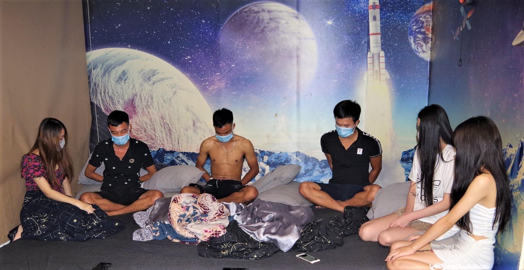 13 nam, nữ tụ tập bay lắc trong khách sạn ở Hà Nam