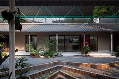 'Mát mắt' với ngôi nhà cấp 4 dành một nửa diện tích làm sân vườn và mái hiên