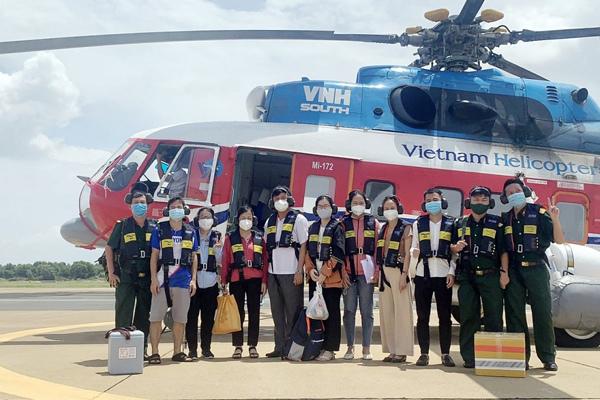 Trực thăng chở 5.000 liều vắc xin Covid-19 ra Côn Đảo