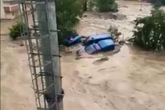 Mưa bất thường ở Thổ Nhĩ Kỳ, nhiều con đường biến thành sông