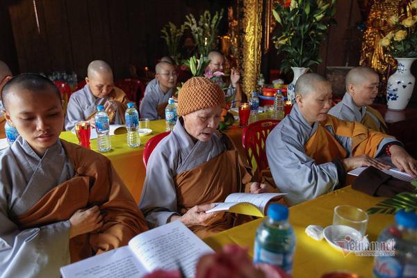 Phật tử đồng tâm tụng kinh Dược sư, cầu Quốc thái Dân an, cầu siêu cho người tử vong do Covid-19