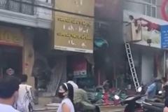 Video: 2 bé gái thoát chết gang tấc vụ cháy cửa hàng gas ở Sa Pa