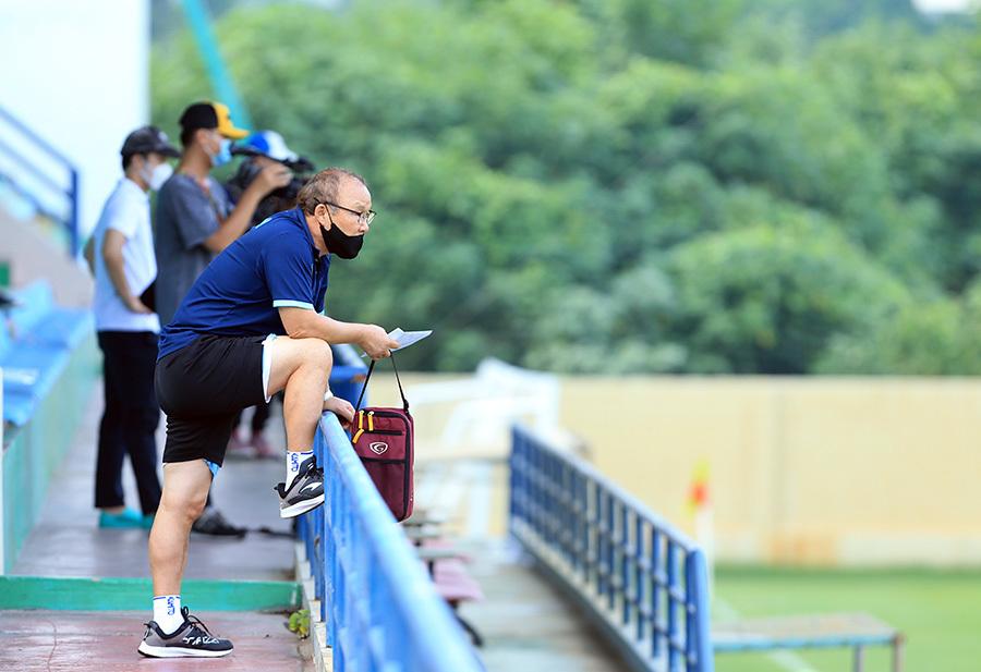 HLV Park Hang Seo chỉ đạo tuyển Việt Nam từ... khán đài