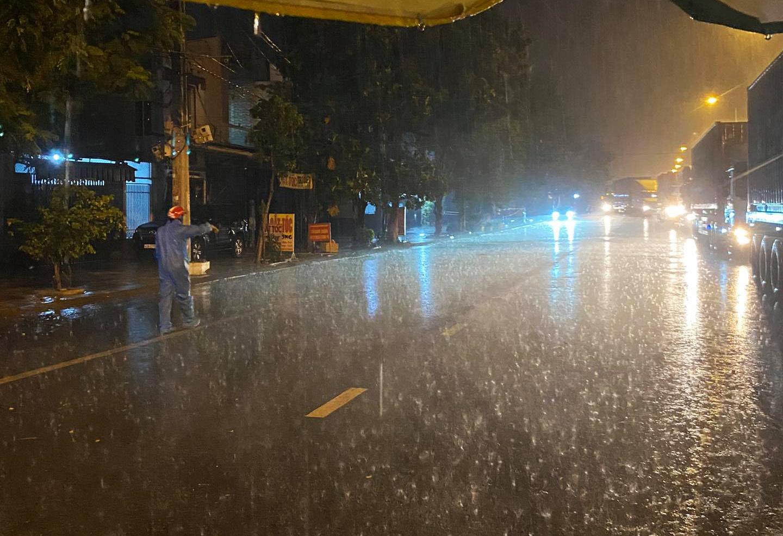 Đội mưa lớn giữ chốt, kiểm soát chặt người đi đường ở Đà Nẵng