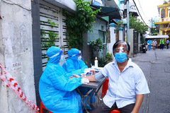 Covid-19 vaccinations at home in HCMC's red and orange zones