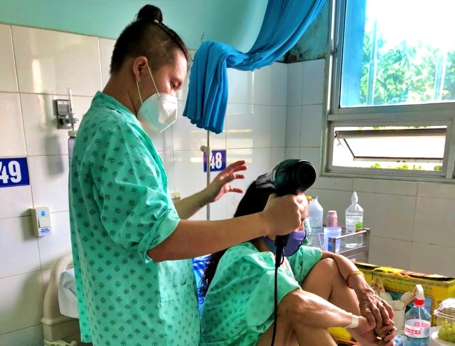 Nỗi đau mất mẹ của chàng trai 'xin tắm gội cho bệnh nhân Covid-19'