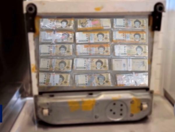 Mua tủ lạnh cũ trên mạng, phát hiện ra hơn 2 tỷ đồng giấu kỹ bên dưới