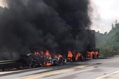 Xe bồn chở hóa chất bốc cháy ngùn ngụt trên cao tốc, 1 người chết