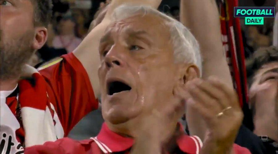 Cụ ông bật khóc vì đội nhà thắng trận lịch sử trước Arsenal