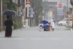 Nhật cảnh báo cao nhất vì mưa lớn chưa từng có, nước cuốn trôi xe tải