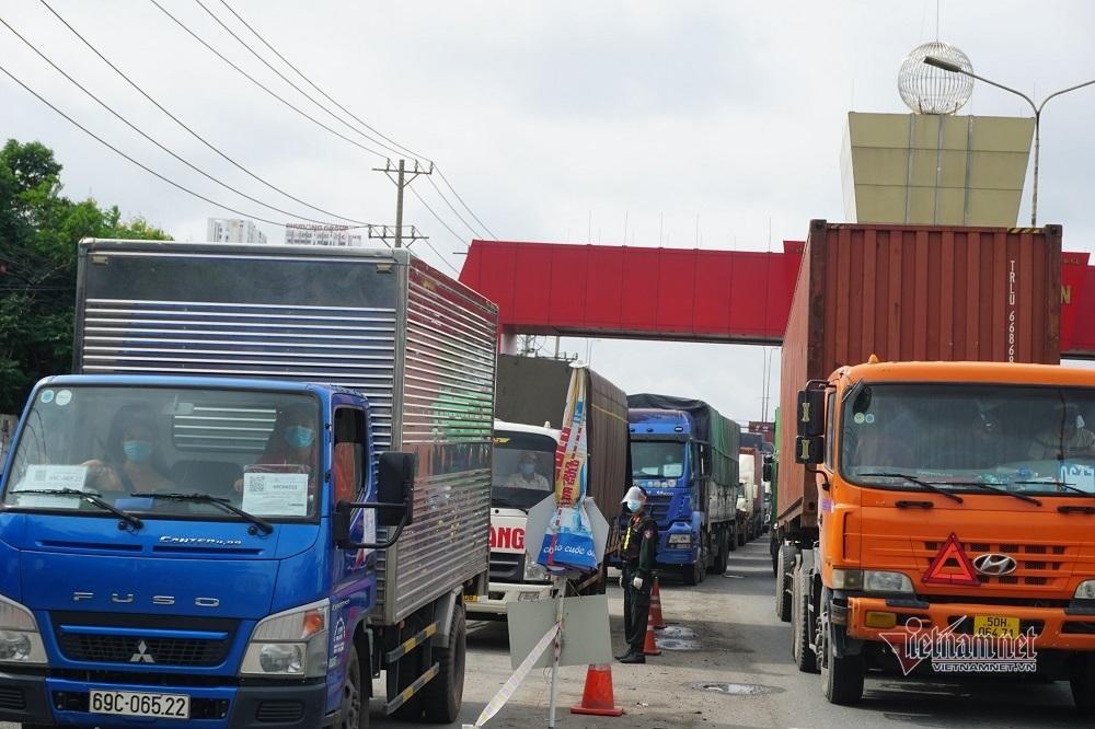 Quốc lộ 1, cầu vượt Sóng Thần kẹt cứng vì Bình Dương siết kiểm tra tại chốt