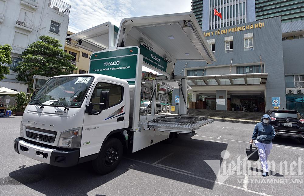Xe chuyên dụng tiêm vắc xin lưu động đầu tiên ở Hà Nội
