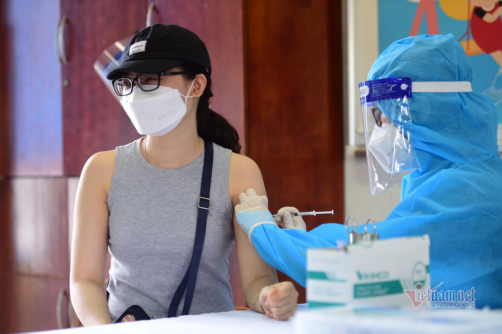 Người dân TP.HCM xếp hàng chờ tiêm vắc xin Vero Cell