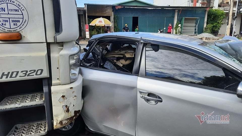 Tông xe liên hoàn tại ngã tư dừng đèn đỏ ở Quảng Trị, ô tô 4 chỗ bẹp dúm