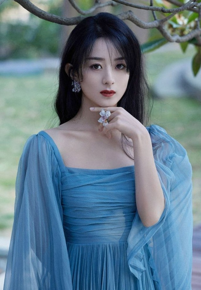 Triệu Lệ Dĩnh quyến rũ, nổi tiếng hơn sau ly hôn Phùng Thiệu Phong