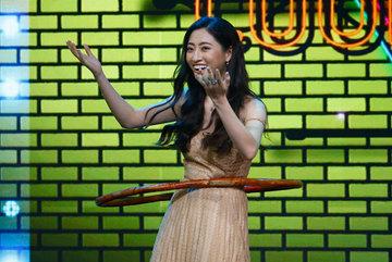 Lương Thuỳ Linh, MC Mù Tạt cùng lắc vòng làm Toán trên sóng VTV