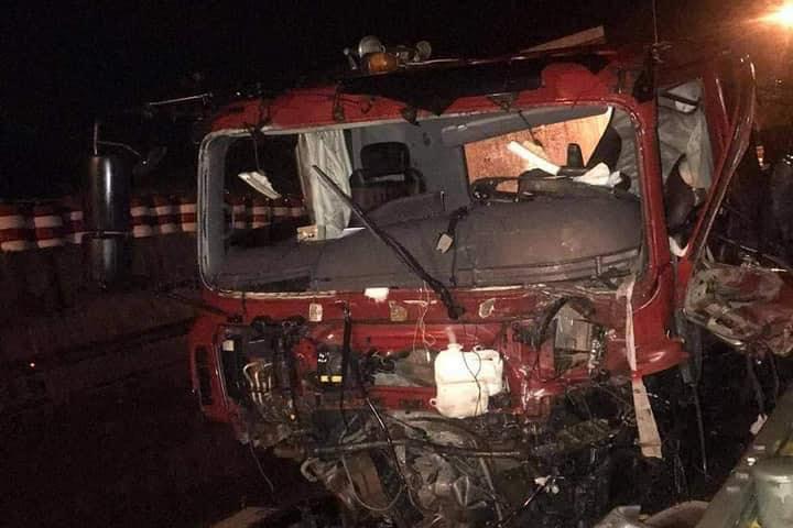 Ba ô tô đâm nhau liên hoàn trong đêm, 2 người thương nặng