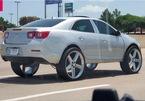 """Chiếc sedan của Chevrolet độ lốp lớn, """"kệch cỡm"""" đi trên đường"""