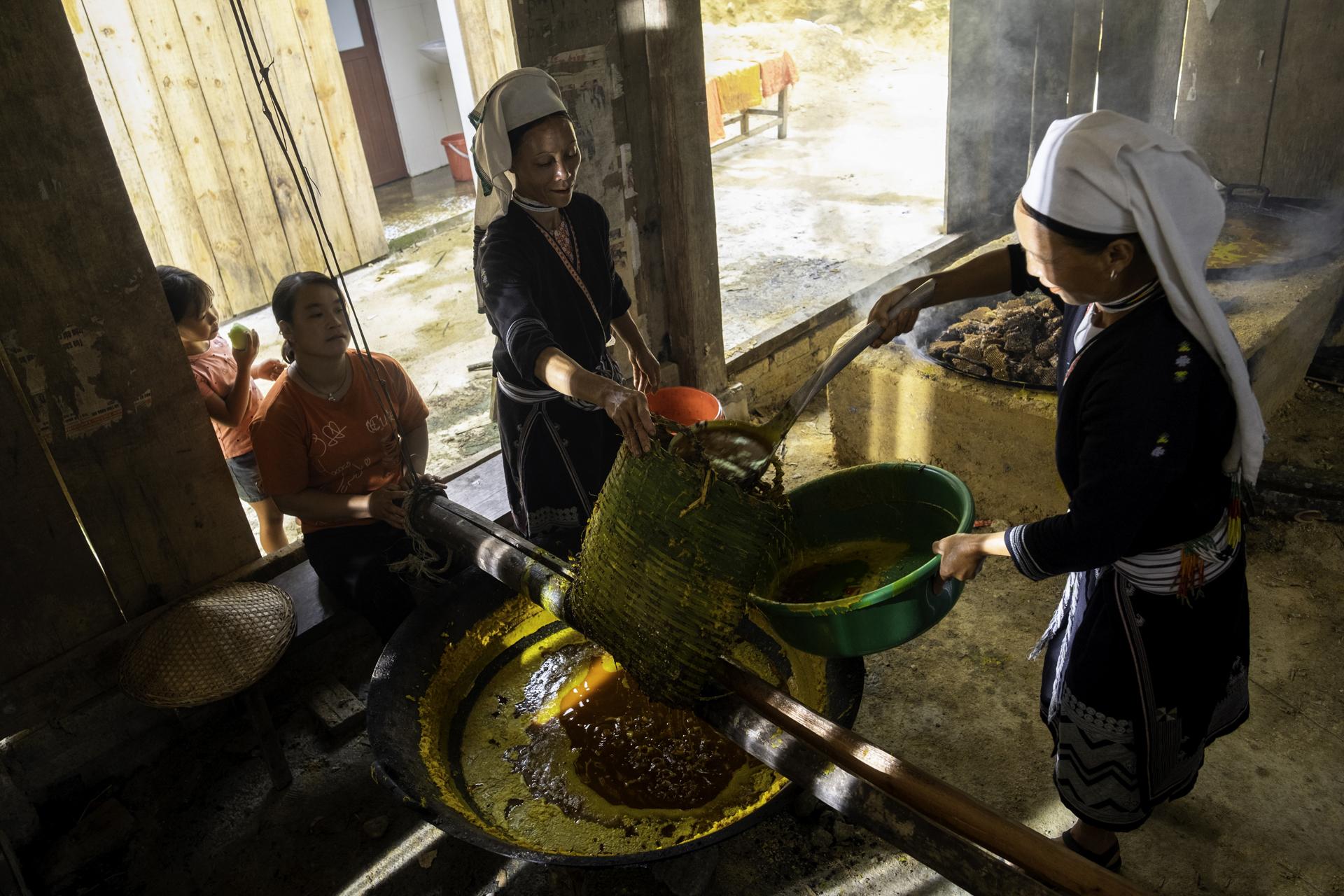 Loại sáp ong từ tổ khổng lồ vàng ươm, bám kín vách núi đá cheo leo ở Cao Bằng