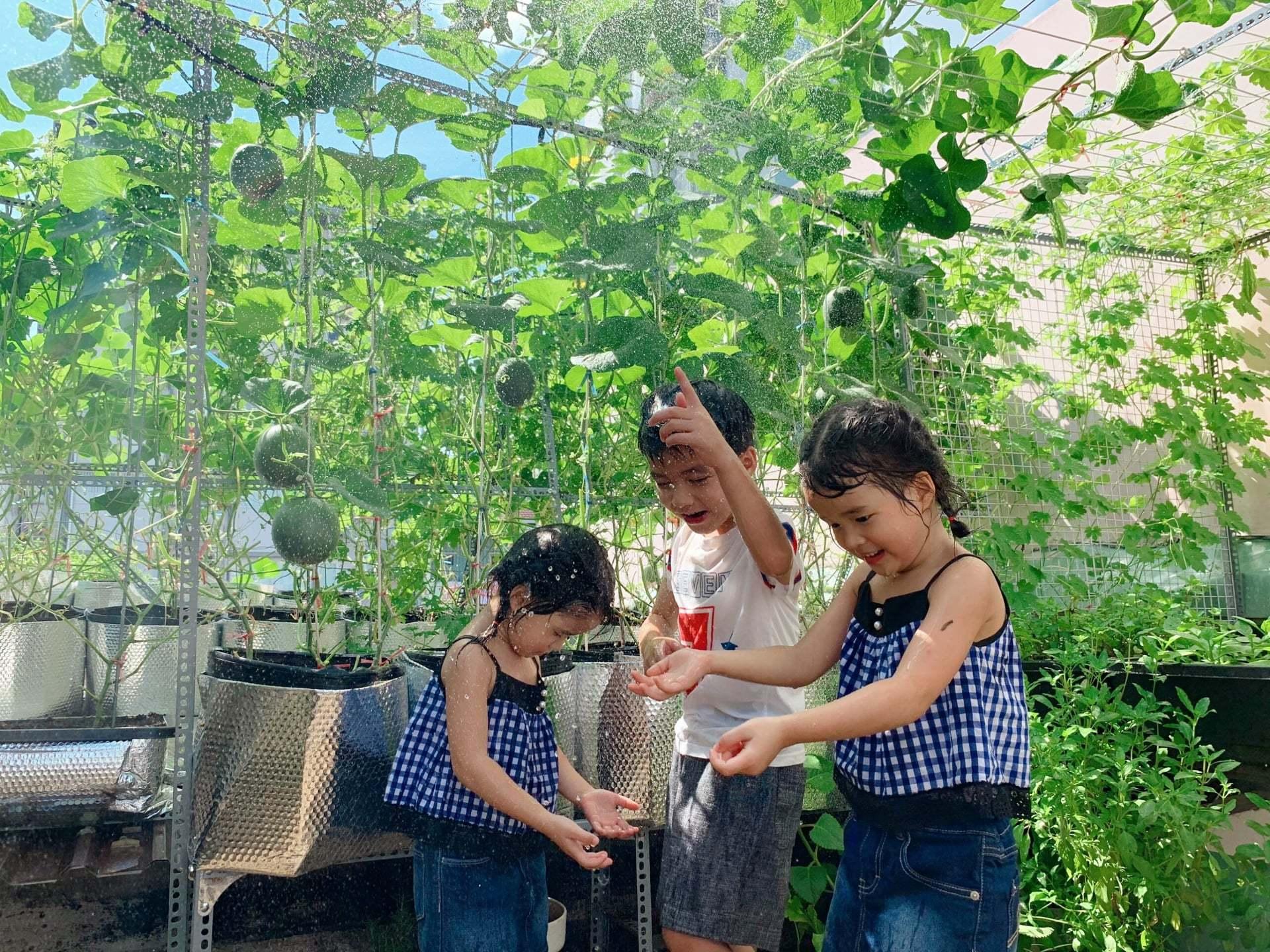 Bố mẹ Sài Gòn biến sân 30m2 thành 'khu du lịch' cho con cắm trại, học kỹ năng