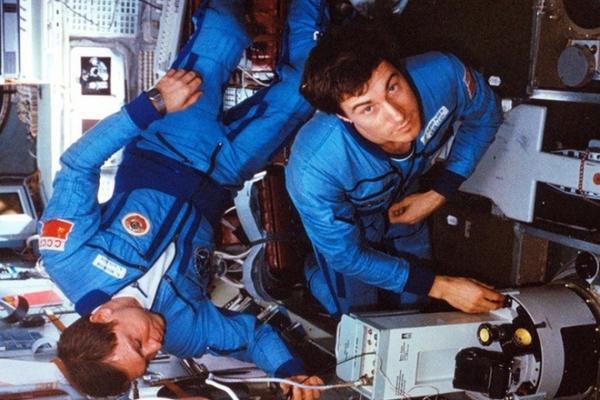 Chuyện ít biết về phi hành gia mắc kẹt ngoài không gian, sống sót kỳ diệu