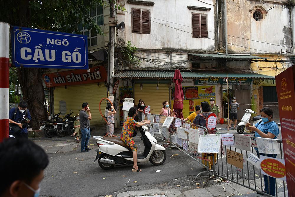 Treo biển bán hàng kín chốt kiểm soát ở 'chợ nhà giàu' Hà Nội