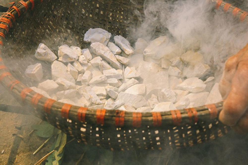 dat cao lanh Độc đáo ẩm thực Việt:  Loại dừa chỉ ăn vỏ, đất hun ăn như kẹo