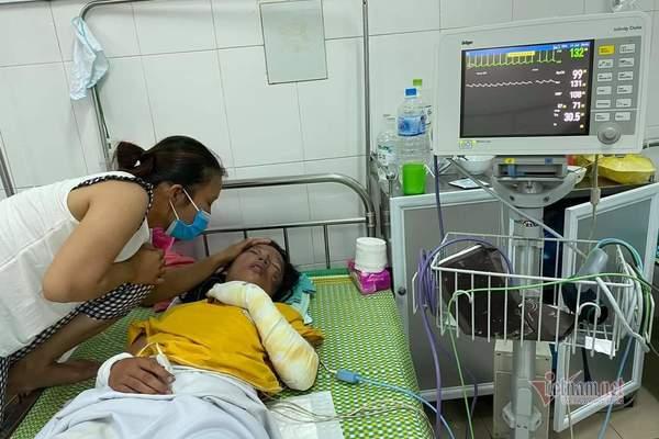 Con gái bị bỏng xăng, cha mẹ nghèo vay khắp nơi không đủ tiền cứu chữa