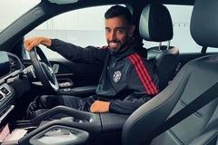 Bruno Fernandes cầm lái chiếc Mercedes GLE chở quả bóng đặc biệt về nhà