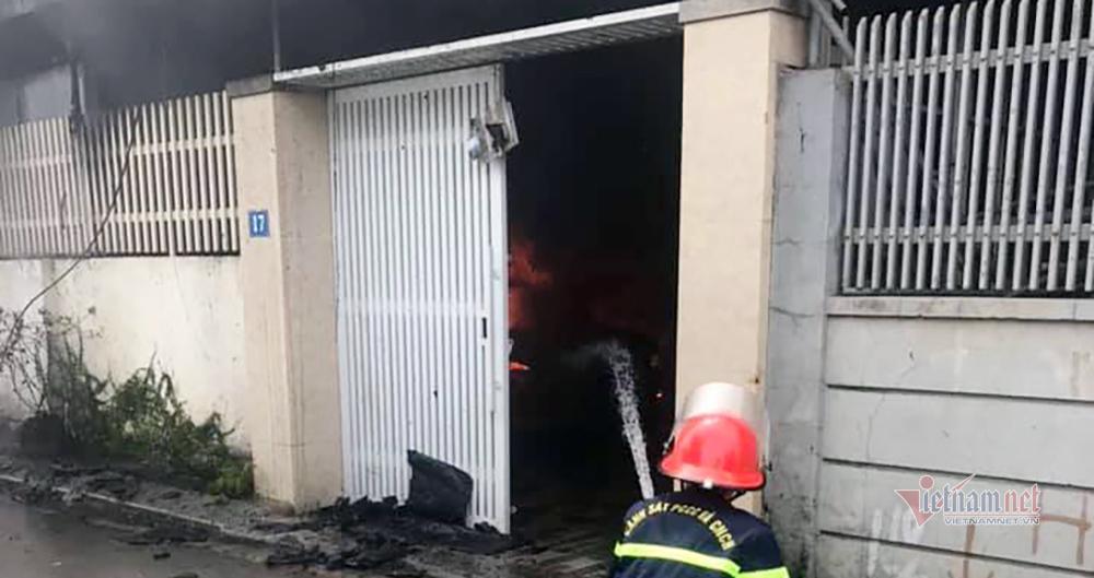 Chập điện làm cháy 2 nhà dân, xe Camry bị thiêu rụi trơ khung